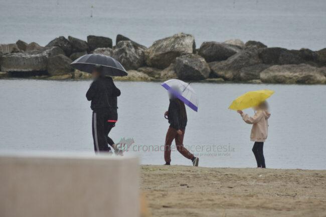 domenica-di-pioggia-spiaggia-lungomare-centro-civitanova-FDM-9-650x433