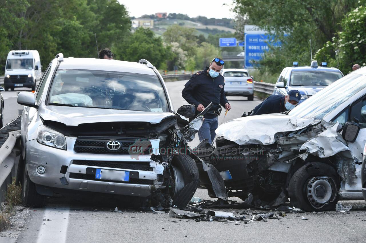 Follia in superstrada, la imbocca contromano e causa maxi incidente