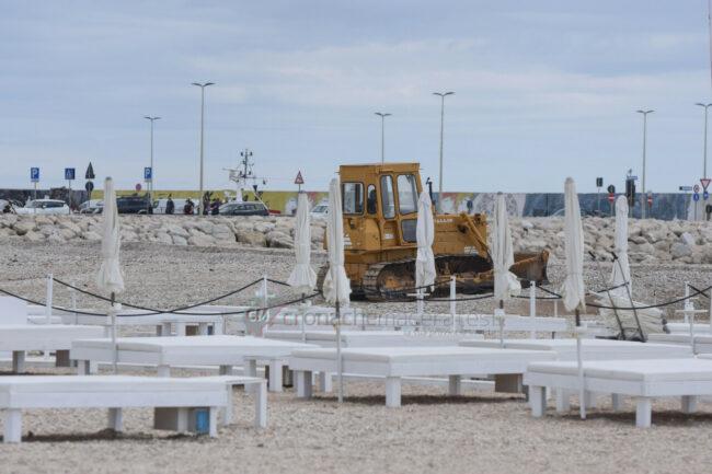 preparativi-balneari-estate-2021-ombrelloni-civitanova-1-650x433