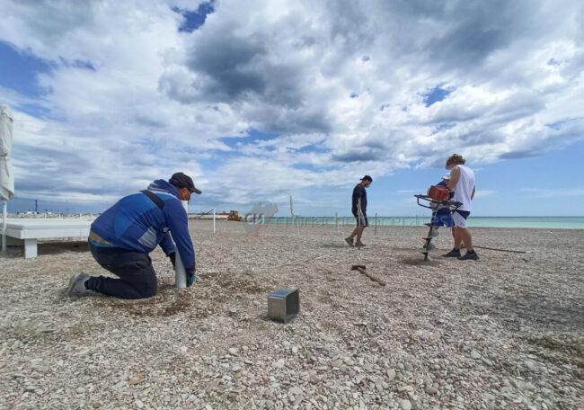 preparativi-balneari-estate-2021-ombrelloni-civitanova-14-650x456