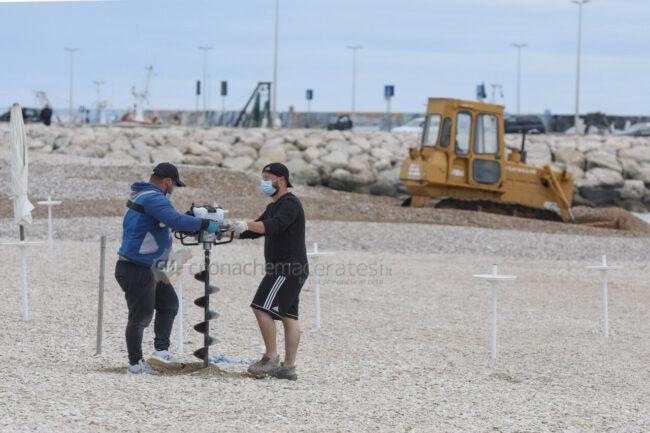 preparativi-balneari-estate-2021-ombrelloni-civitanova-4-650x433