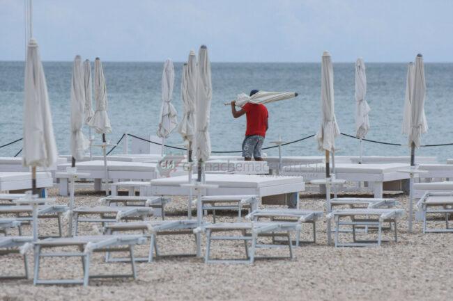 preparativi-balneari-estate-2021-ombrelloni-civitanova-6-650x433