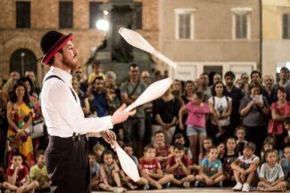 Giocoliere al Recanati Art Festival 2019 (fotoSimone Foglia)