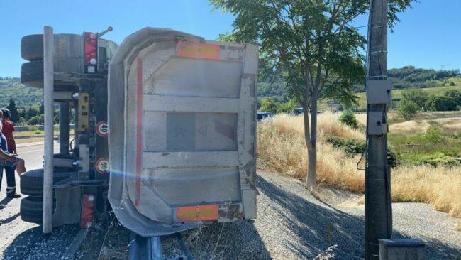 camion-ribaltato-villa-potenza-Image-2021-06-15-at-10.15.55-1_censored-650x366