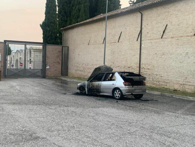 incendio-auto-macerata1_censored-650x488