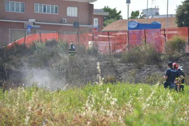 incendio-sterpaglie-via-carducci-vdf-civitanova-FDM-10-650x434
