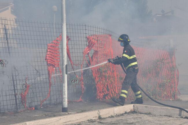 incendio-sterpaglie-via-carducci-vdf-civitanova-FDM-3-650x433