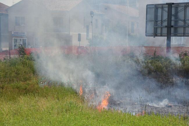 incendio-sterpaglie-via-carducci-vdf-civitanova-FDM-5-650x433