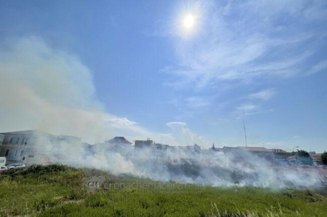 incendio-sterpaglie-via-carducci-vdf-civitanova-FDM-7-650x433