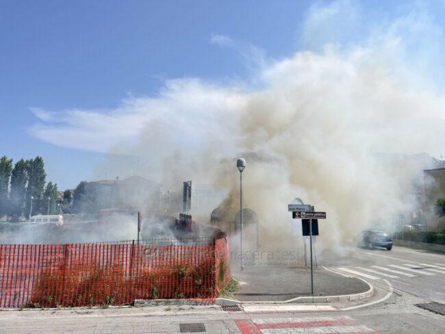 incendio-sterpaglie-via-carducci-vdf-civitanova-FDM-8-650x488