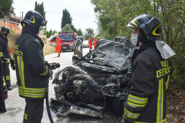 incidente-scontro-incendio-auto-via-del-castellaro-civitanova-FDM-2-650x433