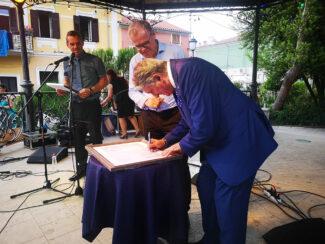 isola-sindaco-firma-gemellaggio