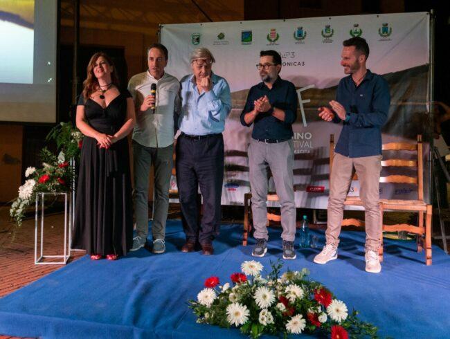 Gli-organizzatori-nella-piazza-di-Belforte-del-Chienti-con-Vittorio-Sgarbi