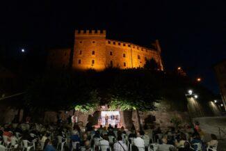 Il-suggestivo-Castello-Pallotta-di-Caldarola-per-la-serata-con-Cesare-Cata