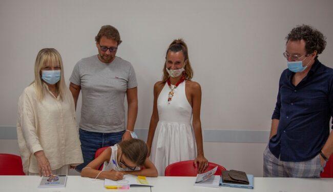 La piccola Mia Bosco autografa il libro scritto da papà Michele