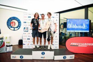 Pietro-Giacomoni-a-sx-con-il-podio-ILCA7-U19-325x217