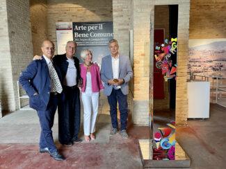 da-sinistra-Domenico-Guzzini-Lorenzo-Marini-Rita-Soccio-Antonio-Bravi-con-la-scultura-di-Marini-donata-alla-Demapea-nella-mostra-Arte-per-il-Bene-Comune-
