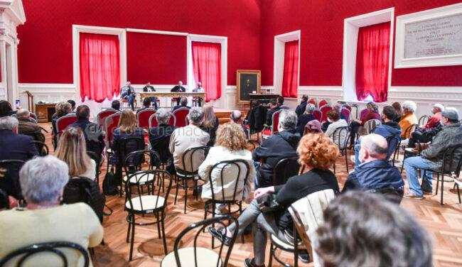presentazione-libro-bonaccini-zallocco-aula-magna-comune-recanati-FDM-1-650x376