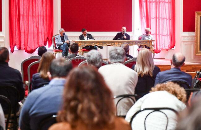 presentazione-libro-bonaccini-zallocco-aula-magna-comune-recanati-FDM-17-650x420